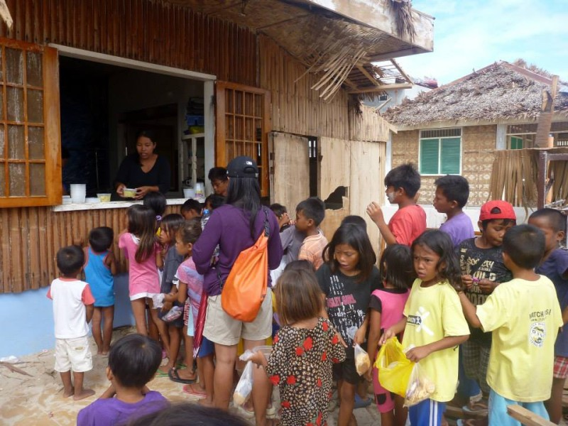 Children in line for food. Photo by Malapascua Relief Project.
