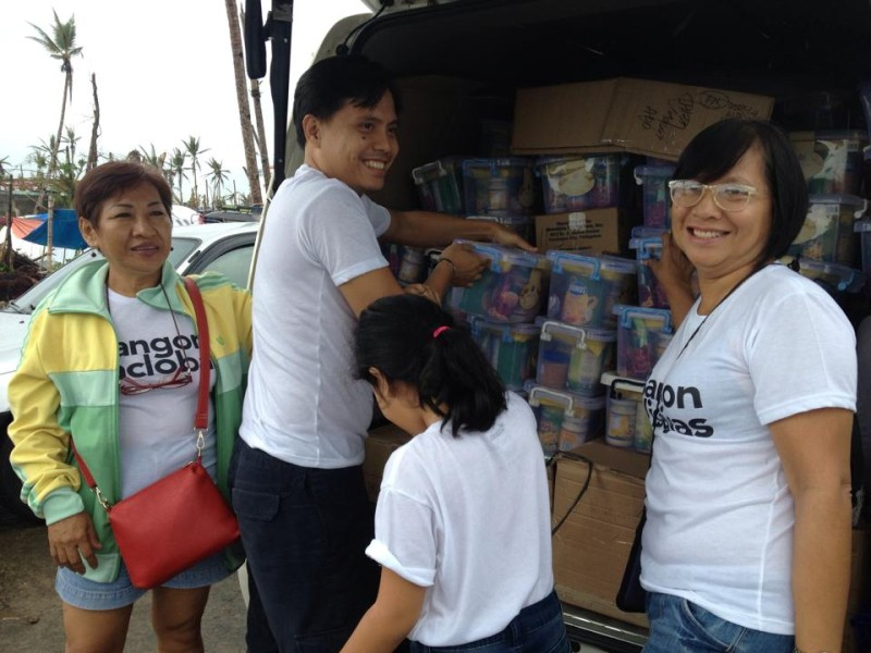 Distributing Noche Buena packs. Photo by Tindog Waray Help for Haiyan/Yolanda Philippine Typhoon Victims.