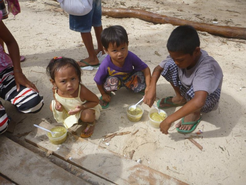 Children eating a meal. Photo by Malapascua Relief Project.