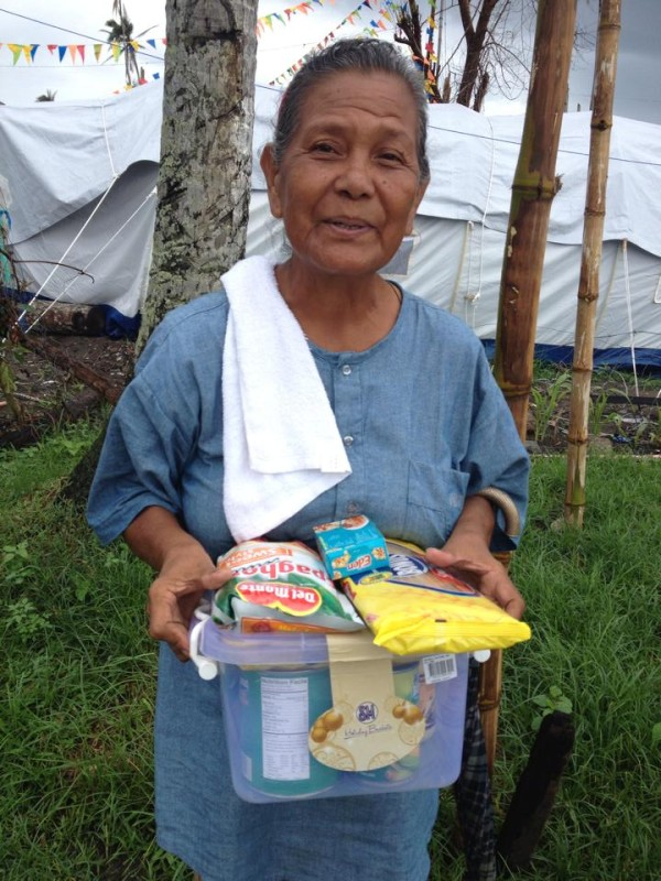 One of the many recipients of a noche buena pack. Photo by Tindog Waray Help for Haiyan/Yolanda Philippine Typhoon Victims.
